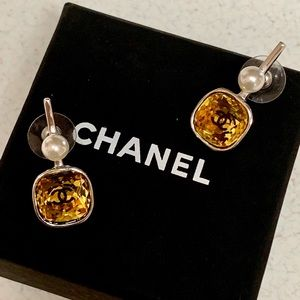 CHANEL 2018 YELLOW CRYSTAL LOGOS/PEARL EARRINGS